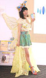蝶のような華やかな衣装で来社したぱいぱいでか美 (C)ORICON NewS inc.