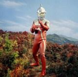 地球は狙われている! 地球を侵略者から守るためにM78星雲からやってきたウルトラセブン(C)円谷プロ