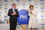 P&G代表取締役社長スタニスラブ・ベセラ氏&石川佳純選手=P&G『ママの公式スポンサー リオデジャネイロオリンピック壮行会』の模様