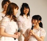 にっこりを見つめ合う(左から)小嶋陽菜、向井地美音=ドキュメンタリー映画第5弾『存在する理由 DOCUMENTARY of AKB48』初日舞台あいさつ (C)ORICON NewS inc.