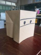 永野芽郁が描いた松原くんの顔。7月8日スタートのテレビ東京系ドラマ『こえ恋』はなぜか紙袋をかぶって学校生活を送る松原くんをめぐる青春ラブストーリー