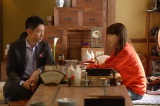 五十嵐透(小泉孝太郎)は定時制高校に通う真紀(川口春奈)に勉強のコツを教える(C)NHK