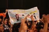 香港公演ではイラスト入りの寄せ書きを贈られメンバー大感激