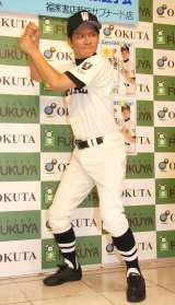 バッティングフォームも披露=書籍『ワタベ高校野球の味方です。』発売記念サイン会&握手会を行ったアンジャッシュ・渡部建 (C)ORICON NewS inc.