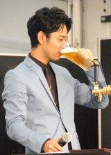 おいしそうにビールを飲む妻夫木聡=サッポロ生ビール黒ラベル『黒ラベル新CM発表&ビヤガーデンシーズン入り宣言イベント』 (C)ORICON NewS inc.