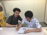 『M-1』のエントリーシートを記入する森岡龍&前野朋哉(C)2016『エミアビのはじまりとはじまり』製作委員会