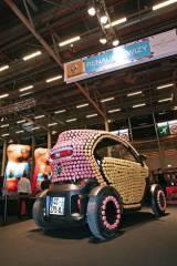 サロン・ドュ・ショコラで展示された、マカロンで装飾した電気自動車『トゥイジー』。
