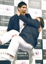 130キロ…メイプル超合金・安藤なつをお姫様抱っこする篠原信一 (C)ORICON NewS inc.