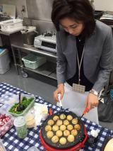 慣れた手つきでたこ焼きを作る松嶋菜々子。材料も自ら用意したという (画像=Ameba「夏ドラマ密着編集部ブログ」より)
