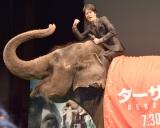 映画『ターザン:REBORN』(30日公開)ジャパンプレミアで象にまたがった桐谷健太 (C)ORICON NewS inc.