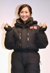 登頂時の服装を披露する南谷真鈴(19)