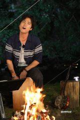 木村拓哉とのキャンプで「海の声」を熱唱する桐谷健太(『SMAP×SMAP Presents木村拓哉先輩、ついて来てもらっていいですか?』より)