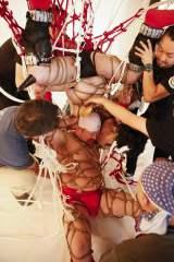 緊縛で『キン肉マン』の必殺技・キン肉バスターに挑戦するケンドー・コバヤシ(下)とハリウッドザコシショウ(上) (C)関純一/週刊プレイボーイ