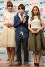 最終選考に出席した(左から)IVAN、グランプリの西銘駿、板野友美 (C)ORICON NewS inc.