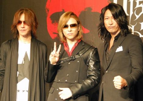 日本最大級のヴィジュアル系音楽フェス「VISUAL JAPAN SUMMIT 2016」記者発表会に出席した(左から)SUGIZO、YOSHIKI、TAKURO (C)ORICON NewS inc.
