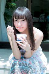 夏らしいグラビアで笑顔を見せる欅坂46・渡辺梨加 (C)Takeo Dec./週刊ヤングジャンプ