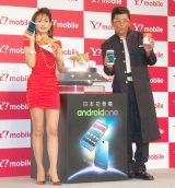 Y!mobile『Android One』発売記念イベントに出席した(左から)田中美奈子、ふてニャン、哀川翔 (C)ORICON NewS inc.