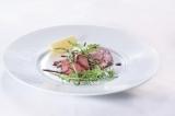 ANTEPRIMAが東京・銀座に国内最大級の旗艦店をオープン。地下1階にはブランド初となるレストランが(メニュー「お肉とルッコラ」)