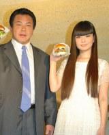 『the 3rd Burger』デビューセレモニーに参加した元横綱・九重親方(左)と、娘でモデルの秋元梢 (C)ORICON DD inc.