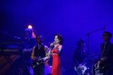 真っ赤なドレス姿で登場したマルシア