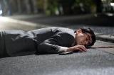 テレビ朝日系ドラマ『刑事7人』第4話より。路上で倒れているのは鈴木浩介演じる永沢圭太。まさか!?(C)テレビ朝日