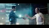 工場長と握手をかわす小島よしお。工場長役は、「空調服」代表取締役会長の市ヶ谷弘司氏が熱演(空調服「Super Cool」WEBムービーより)