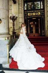 『sweet』11月号で純白のドレス姿を公開したローラ(宝島社)