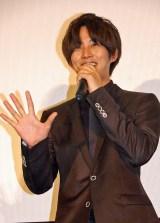 猫ひろしの「にゃー」ポーズを決めた松坂桃李 (C)ORICON NewS inc.