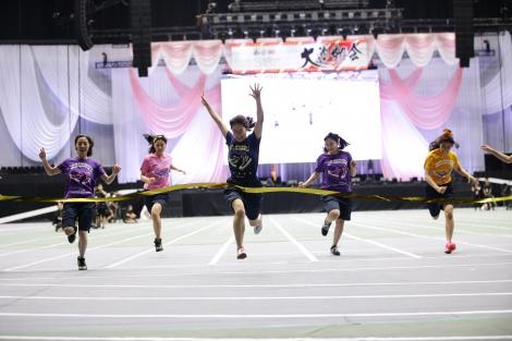 50メートル走2連覇を達成したチーム8の近藤萌恵里