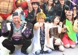 ワンピースのコスプレ姿で登場した(前列左から)ケンドーコバヤシ、きただにひろし、大槻マキ、SUPER☆GiRLS・前島亜美 (C)ORICON NewS inc.