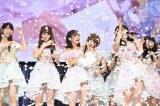 AKB48の総獲得票数1,039,172票の10分の1の紙吹雪を浴びるメンバー=『AKB48シングル選抜総選挙 第一党感謝祭2016〜1,039,172票の愛にありがとう!〜』 (C)AKS