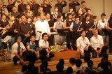 TBS系ドラマ『仰げば尊し』のモデルになった高校ゆかりの演奏会にサプライズで登場したメインキャスト(左から)佐野岳、太賀、北村匠海、村上虹郎、真剣佑 (C)ORICON NewS inc.