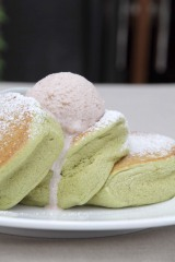 『有機抹茶の小倉バターパンケーキ 黒蜜添え』(税込1280円)