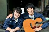 ドラマスペシャル 湊かなえサスペンス『望郷』主題歌を書き下ろした山崎まさよし(左)と劇中歌を歌う濱田岳(右)(C)テレビ東京