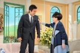アスリートゲスト恒例、黒柳徹子による筋肉チェックを受け、照れる長谷部選手(C)テレビ朝日