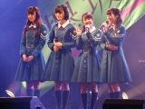 千葉・幕張メッセで開催された握手会イベントで「2レーンに来てね」とアピールした今泉佑唯(左から3人目) (C)ORICON NewS inc.