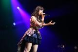 「美しい稲妻」をソロで歌唱する柴田阿弥(C)AKS