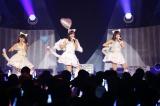 「天使のしっぽ」を歌う(左から)上村亜柚香、柴田阿弥、水野愛理(C)AKS