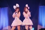 「わがままな流れ星」を歌う(左から)柴田阿弥、木本花音(C)AKS
