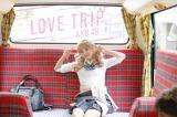 AKB48のニューシングル「LOVE TRIP」(8月31日発売)のMVに登場するラッピングバスで竹下通りへ(C)AKS
