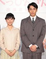 NHK連続テレビ小説『べっぴんさん』ヒロイン・芳根京子(左)の夫役を務める永山絢斗 (C)NHK
