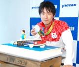 卓球台を模した記念のケーキを贈呈された丹羽孝希選手 (C)ORICON NewS inc.