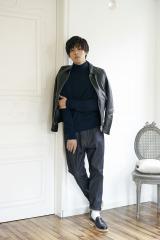 全身黒スタイルを着こなす松坂