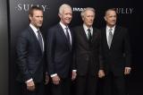 『ハドソン川の奇跡』ニューヨークプレミアに出席した(左から)アーロン・エッカート、チェスリー・サレンバーガー機長、クリント・イーストウッド、トム・ハンクス (Matthew Eisman)