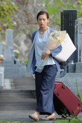 家を出た美奈は亡き母のお墓参りをするが…(C)テレビ朝日
