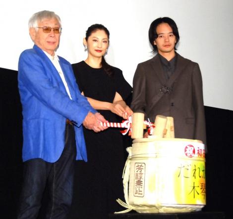 初日舞台あいさつで鏡開きを実施(左から)東陽一監督、常盤貴子、池松壮亮 (C)ORICON NewS inc.
