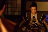 大河ドラマ『真田丸』第36回「勝負」より。真田の離反を家康に伝える信幸(大泉洋)(C)NHK
