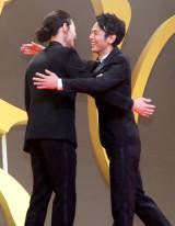 抱擁しあう(左から)綾野剛、妻夫木聡 (C)ORICON NewS inc.