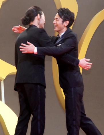 抱擁しあう(左から)綾野剛、妻夫木聡\u003d映画『