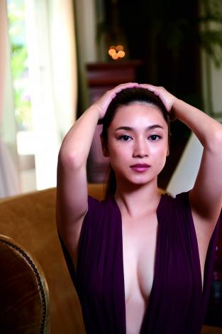 胸元を強調した姿の平愛梨さん